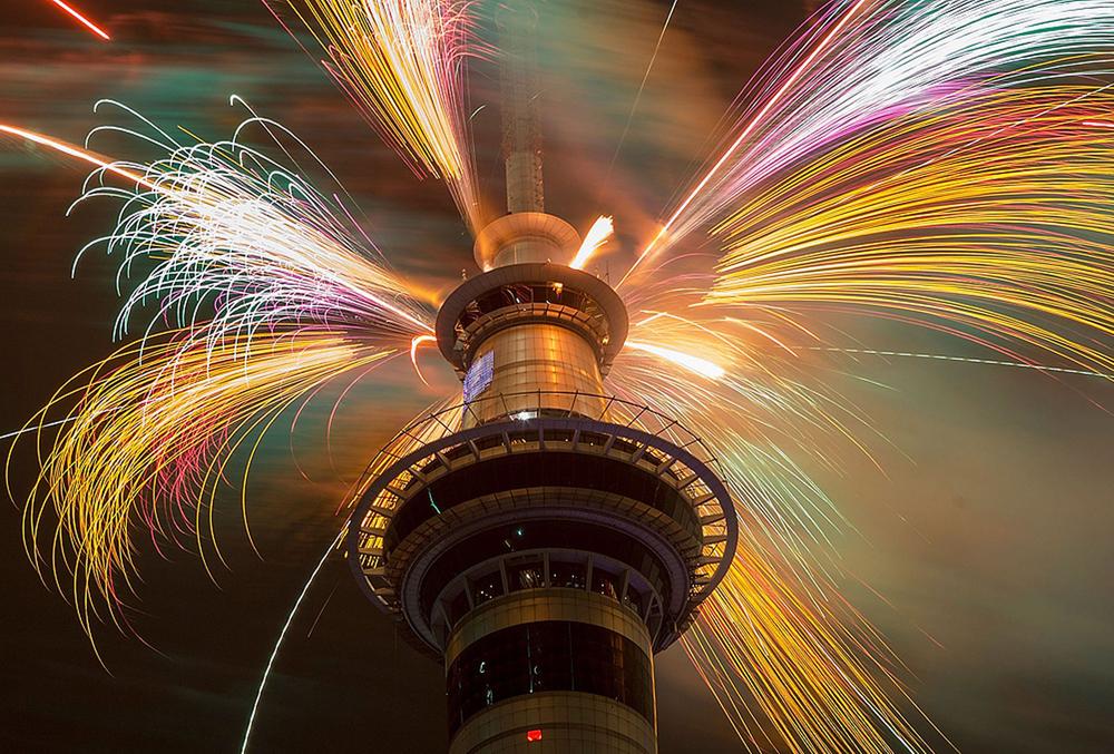 圖:新西蘭奧克蘭煙花表演  互聯網   【大公報訊】綜合《澳洲人》、《今日美國》、霍士新聞12月31日消息:星辰流轉,年復一年,世界並不平靜的2014年行將過去,未知的2015年即將到來。全球各地跨年迎新的慶祝方式也不盡相同,有的是以璀璨絢麗的煙花秀歡慶,有的是寺廟敲鍾祈福迎接新的一年。   傳統跨年集聚地,紐約時報廣場一如往年,再度迎來了百萬計民眾前來倒數,廣場中央的水晶球早在幾天前就相繼接受了多項測試,以保證跨年鍾聲響起時能完美地落下。   百萬人湧入時報廣場   自1907年起,紐約客就聚到時