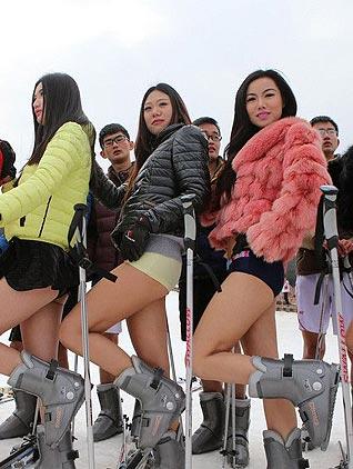 「世界无裤日」美女光大腿滑雪