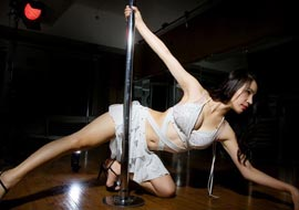 女孩练钢管舞,当上美女天团队长