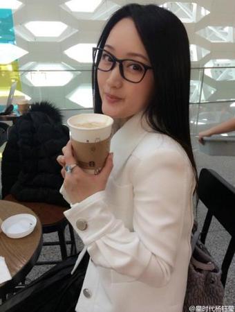 43岁杨钰莹戴黑框眼镜自拍 嫩如学生妹(图)