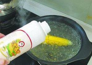 厦门一商贩用洗洁精煮玉米 为了口感更黏