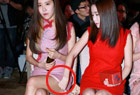 韩女团成员互扯裙摆