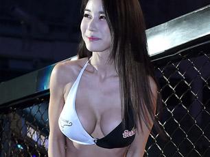 韩国嫩模俯身露事业线 台下抛媚眼抢镜