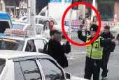 一张交警街头举枪执法照片