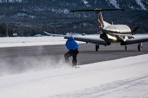 被飞机拉着滑雪!极限运动爱好者的惊险挑战
