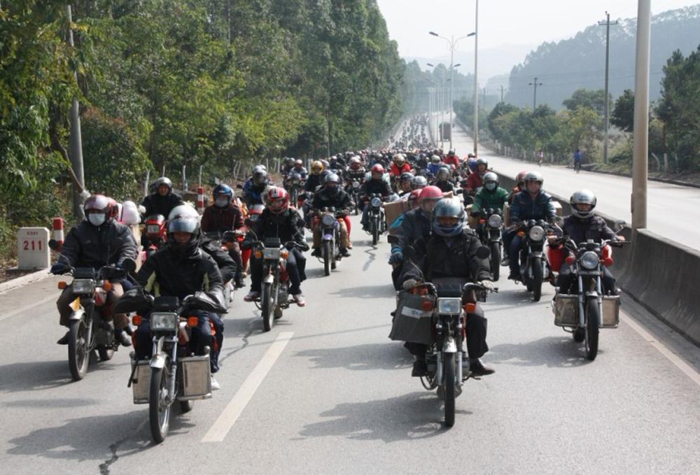 图:往年买不到春节车票的在粤外来工只好骑摩托车返乡  资料图片