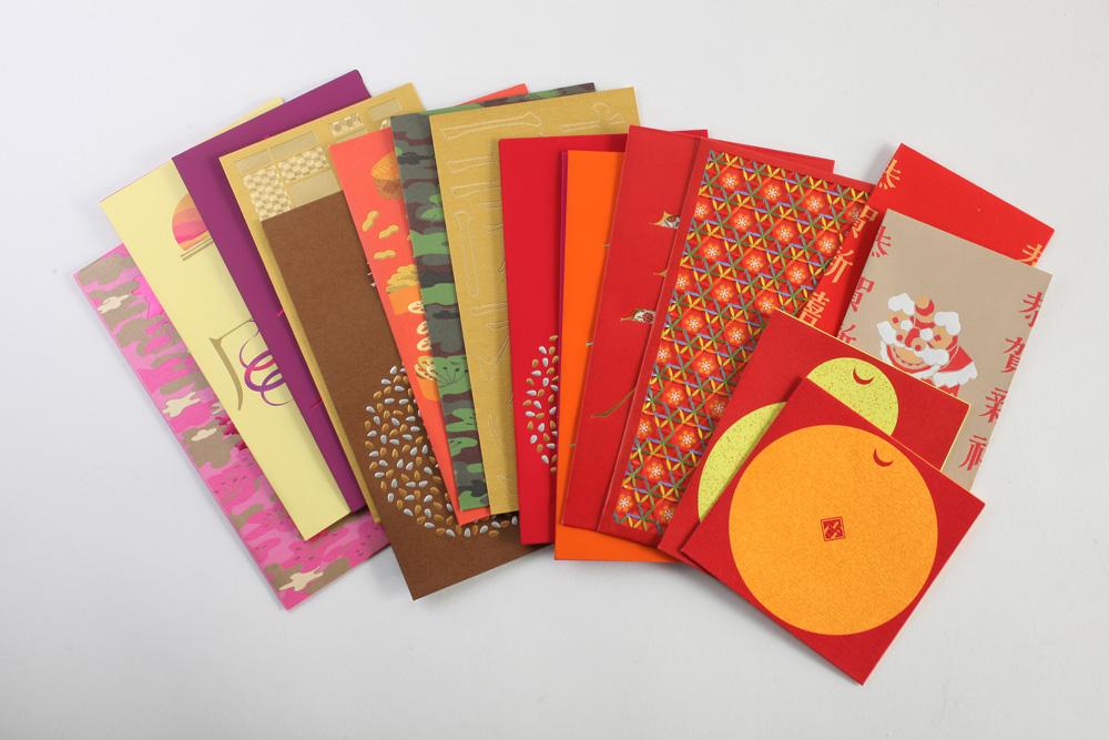 图:《红包》书内收录的十八款以花纹纸搭配各式加工製作的利是封,创意十足   不少香港人都有收藏利是封的习惯,而成长于不同年代的市民,对利是封有?不同的回忆及情结。例如上世纪五十年代的一辈,想必对软?、硬?这些用语记忆犹新;六、七十年代的人们,则很可能会收过以塑胶物料製造的利是封;而八、九十年代的一辈,又对利是封上的神奇自贴胶口有了印象。由香港著名设计师ERIC CHAN(陈超宏)与近利纸行联合撰写的《红包》,这本书讲述了利是封的歷史、设计和印刷技术的发展,通过访问香港歷史专家郑宝鸿,以及相