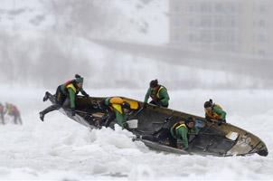 意志与勇气!加拿大人的冰独木舟大赛