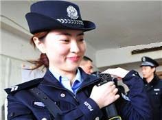 """""""90後""""美女大學生畢業做鐵警 火車上過春節"""