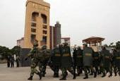 广东:逾千警力清剿毒村现场