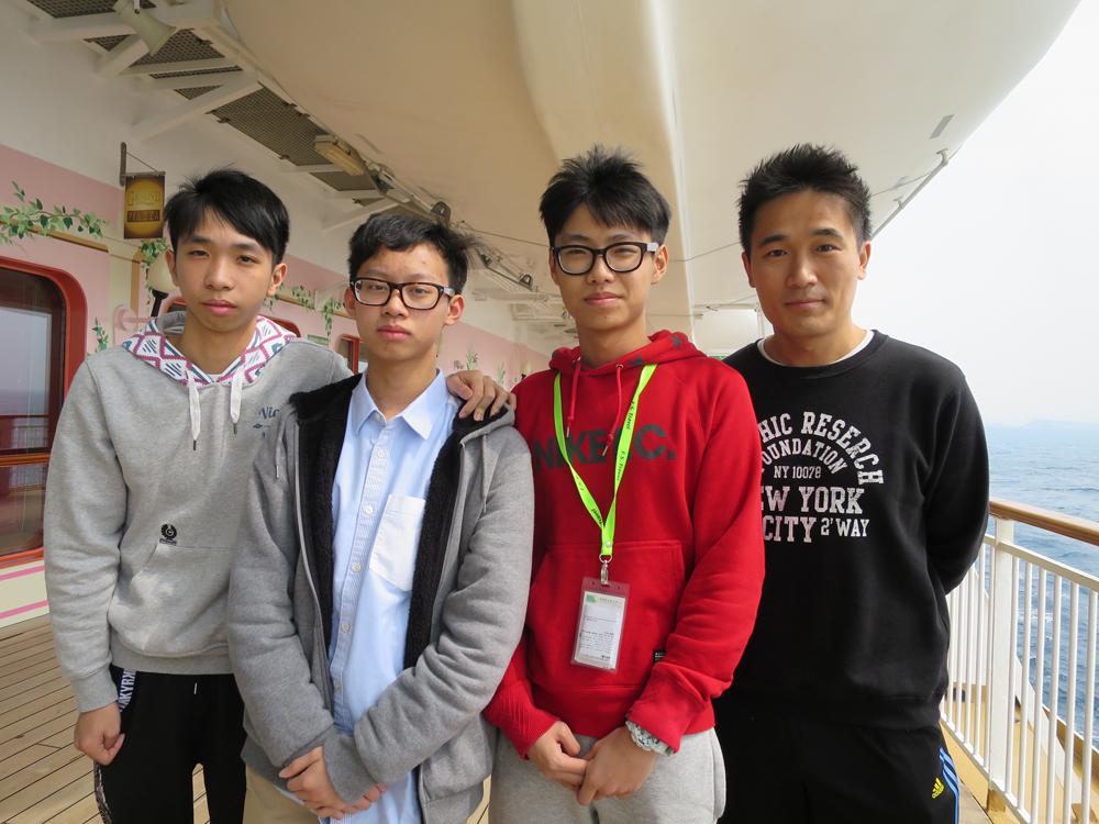 徐晓吉_图:(右起)徐晓琦与周敬皓,曾科帆和叶振钊,透过邮轮之旅加深对生涯