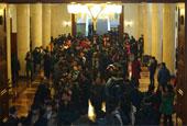 2015两会:记者领证场面壮观