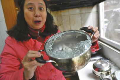 2月28日,胡女士描述当时钢化玻璃锅盖爆炸的情景时还心有余悸。