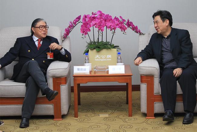 3月3日,大公报总经理盛一平(右)会见全国政协委员、香港奥委会会长、霍英东集团主席霍震霆(左)。大公网 张文杰摄