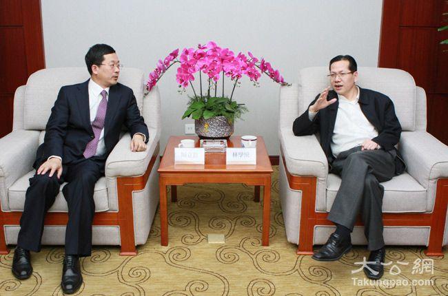 2月5日,大公報董事、大公網總裁林學飛(右)會見全國政協委員、中國誠通國際投資有限公司副總經理周立羣(左)。大公網 張文傑攝