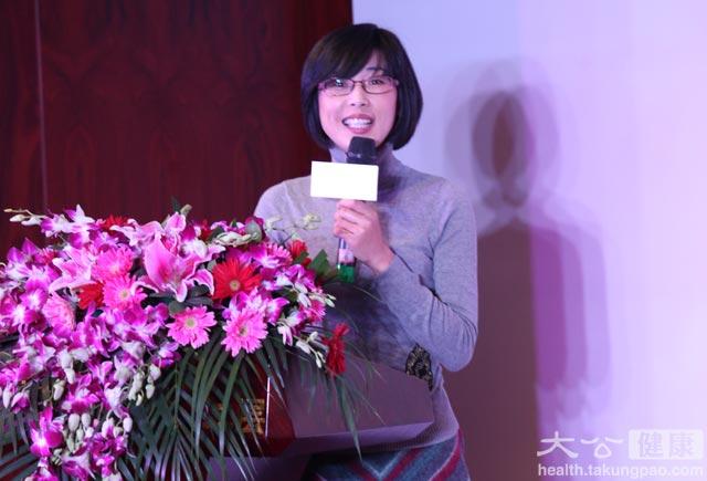 """小小激動過後,MSN中文網健康主編宗春霞正在台上發佈《都市白領""""亞性福""""健康調查》,旨在揭開白領人羣中幸福和""""性福""""的關係。"""