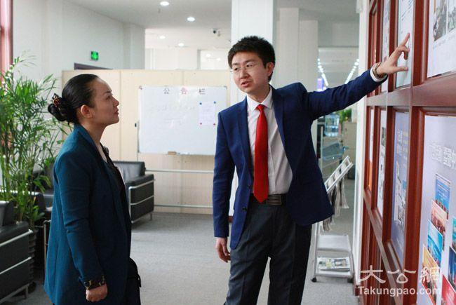 3月7日,大公網人力行政部總監魏巍(右)為全國人大代表、湖南省文化廳廳長李暉(左)講述大公報歷史。大公網 張文傑攝