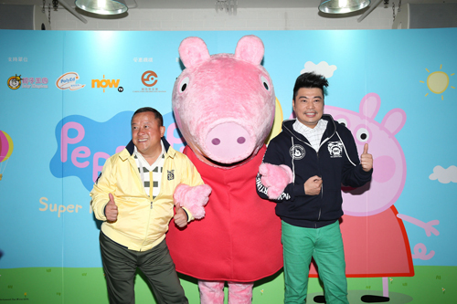 图:志伟(左)和阮兆祥齐出席记者会,与卡通人物合照