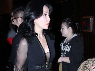 刘嘉玲穿透视开胸裙亮相身材傲人 见镜头展露迷人微笑