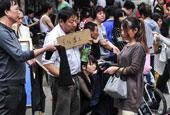 """广州服装加工企业招工难 厂主街头""""跪求""""劳动力"""