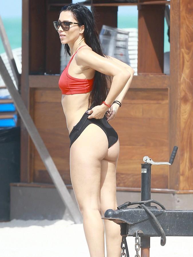 美女海滩健身玩倒立