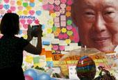 新加坡前总理李光耀病逝 民众献花悼念