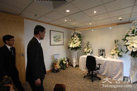 梁振英/行政长官梁振英昨日下午前往新加坡驻港总领事馆致哀本报记者唐...