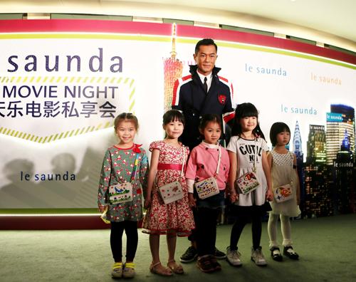 古仔与五名来自广州的可爱小女孩出场,女孩们没有演出经验而表现得有