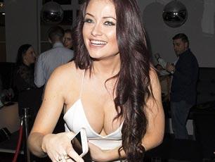 25岁英超模低胸装拍封面 与女伴紧密相拥弯腰抢镜
