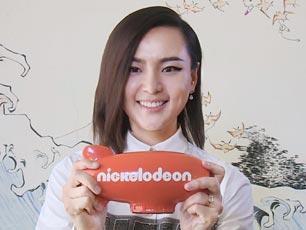 周笔畅美国捧起橙色飞船奖杯 获最受欢迎华语艺人