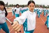 廣東惠州:新生軍訓女孩揮匕首學防身