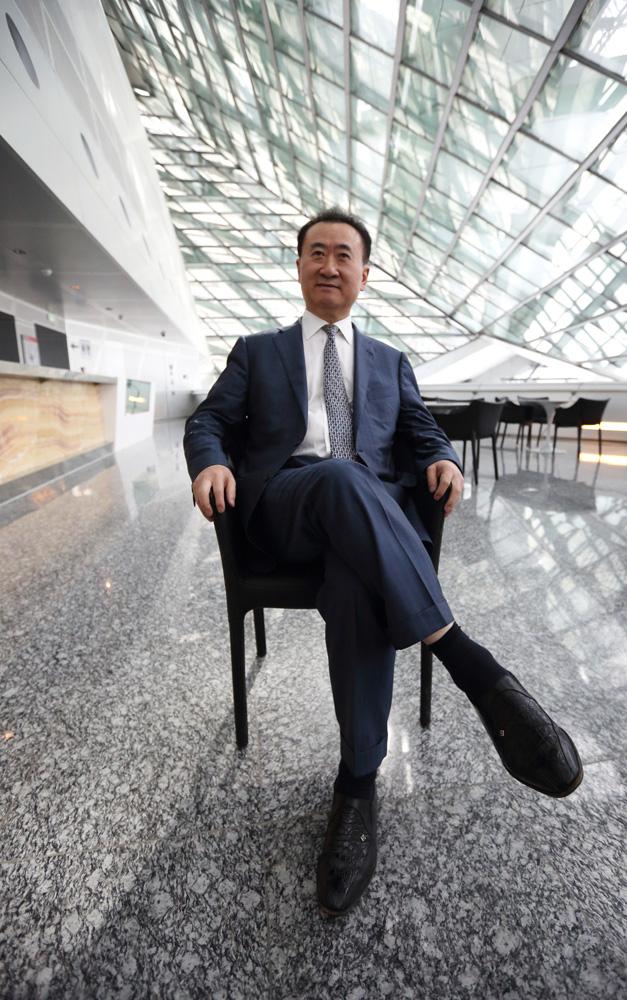 图:王健林的万达集团投资超过200亿元于海外地产项目彭博社   内地富豪日益崛起,目光亦伸向海外。胡润报告显示,有超过半数的超高净值人士(个人资产超5亿人民币)未来有海外投资需求,主要为了企业国际化和分散资产配置风险。胡润表示,中国富豪的国际化程度在过去一年有明显发展,除了企业开始国际扩张,个人生活方式上也开始国际化,私人飞机和游艇成为胡润百富榜主标配。   报告显示,去年内地富豪在海外市场大举收购,产业遍布地产、金融、食品、零售。其中,王健林的万达集团就投资超过200亿元于海外地产项目,包括兴