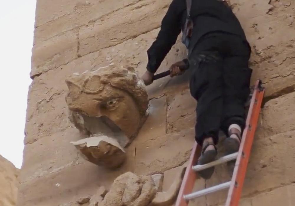 子疯狂破坏古城文物美联社-ISIS毁哈特拉古城片段曝光