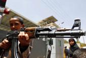 也门儿童联合国办事处外持枪示威 抗议沙特空袭