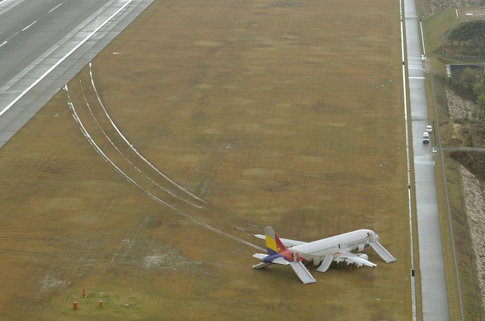 图:韩亚客机14日冲出广岛机场跑道造成多人受伤