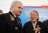 俄使館為32名中國老兵頒發二戰獎章