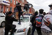 美国巴尔的摩爆发骚乱 街道如同战场