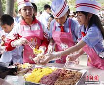 """广西壮语文学校美食节 学生变""""老板""""献爱心"""