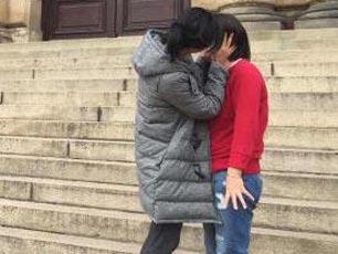 """41岁徐静蕾重温布拉格之旅 街头上演""""女女热吻""""(图)"""