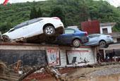 云南鱼洞乡突发洪灾 汽车被冲上墙