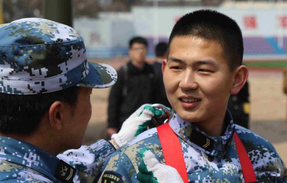 清华学子欲考驱逐舰长:比在地方当处长责任重得多