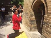 六小齡童虔誠跪拜玄奘法師墓塔