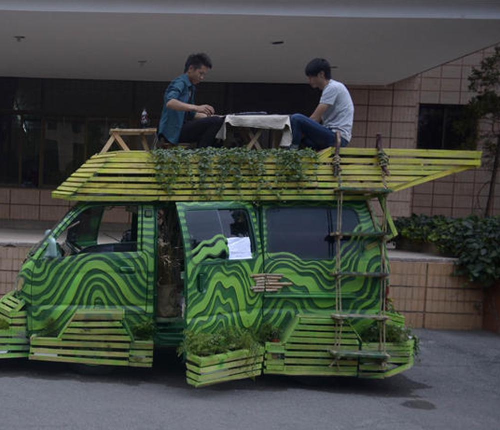 图:云南大学生打造的房车多採用环保木质材料 网络图片   20日,两名云南大学艺术与设计学院的毕业生刘世飞和张立源花费2万元(人民币,下同)造了一辆绿色房车。该车身喷绿漆,採用环保木质材料、有太阳能供电。刘世飞说:现在房价高,污染重,我们通过设计、改造这样一辆房车,就是为了告诉人们,只要自己动手,可以把一切都利用起来,做到低碳环保。   刘世飞跟张立源从二手车市场淘了一辆报废微型车,花了3200元,请专业师傅修復车身电路,又花了近2000元。房车改造总体风格以环保、原生态为主,除车身的钢架