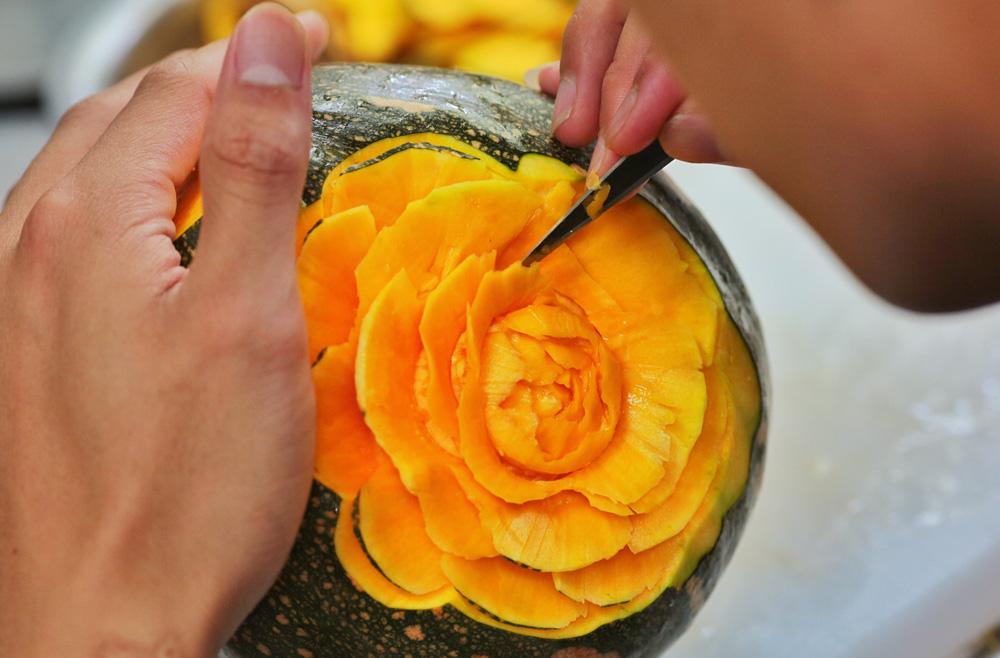 图为一名参赛学生在南瓜上雕刻花朵