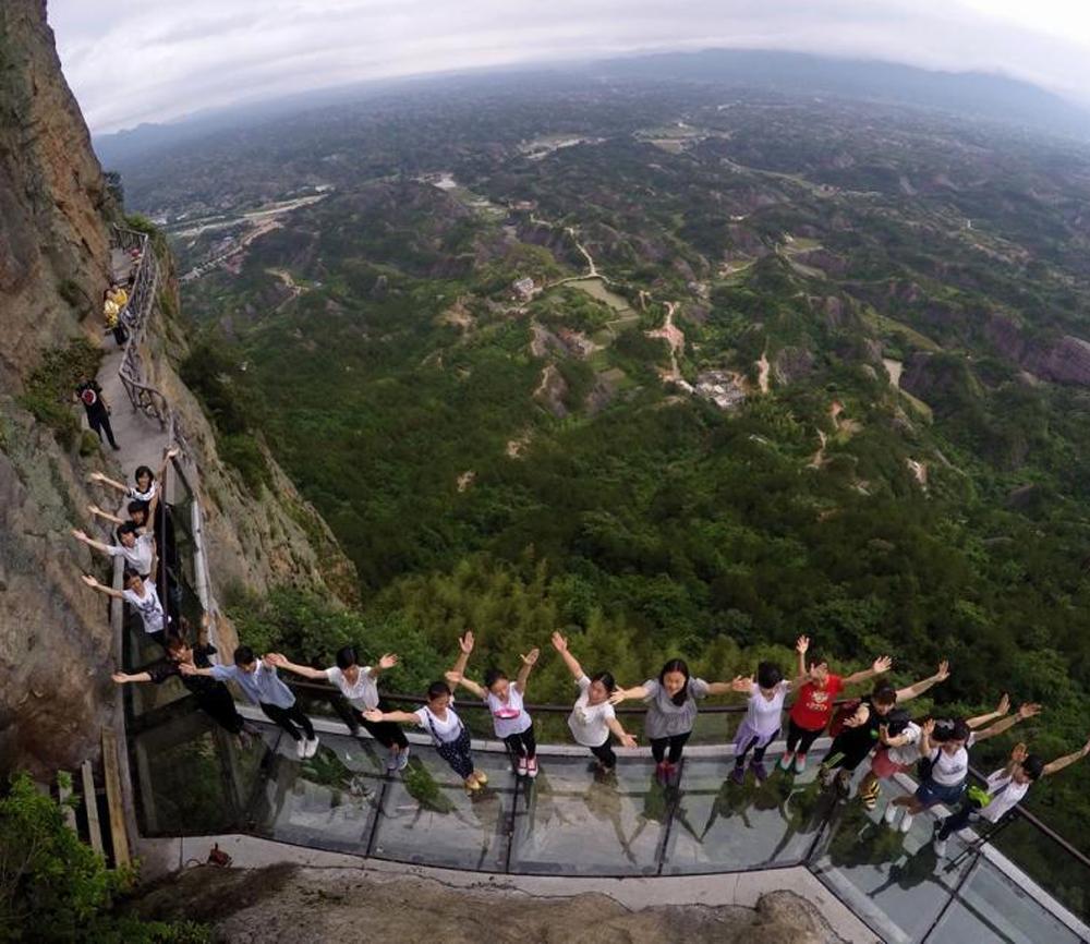 300米悬崖边行音乐玻璃桥