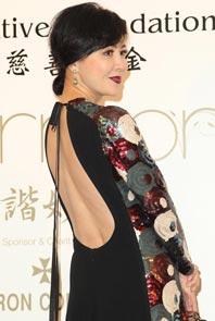 刘嘉玲复古长裙秀裸背 热心锋菲婚期:我帮你们问问她
