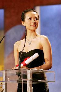 章子怡担任欧美颁奖嘉宾盘点  网友:真正的长脸