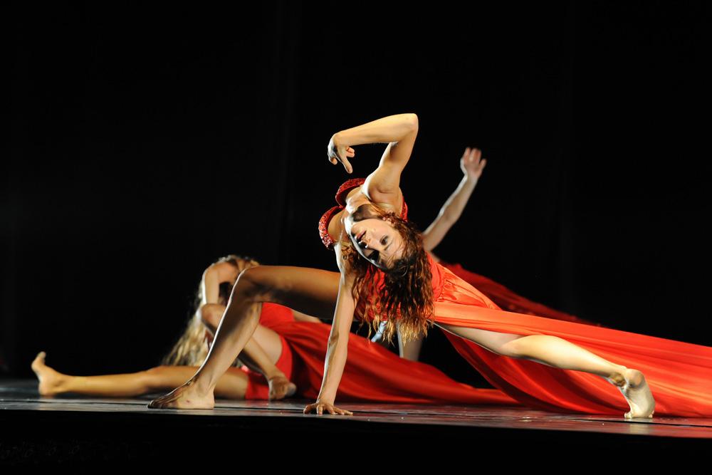 图:表演者的舞蹈语言和肢体动作呈现凄美爱情故事