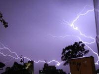 印度紫色闪电划破夜空