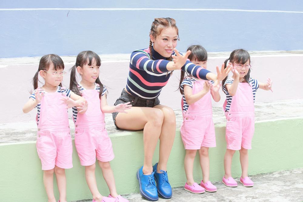 图:祖儿(中)昨日与四胞胎小女孩合作拍广告,盛赞她们都很可爱图片